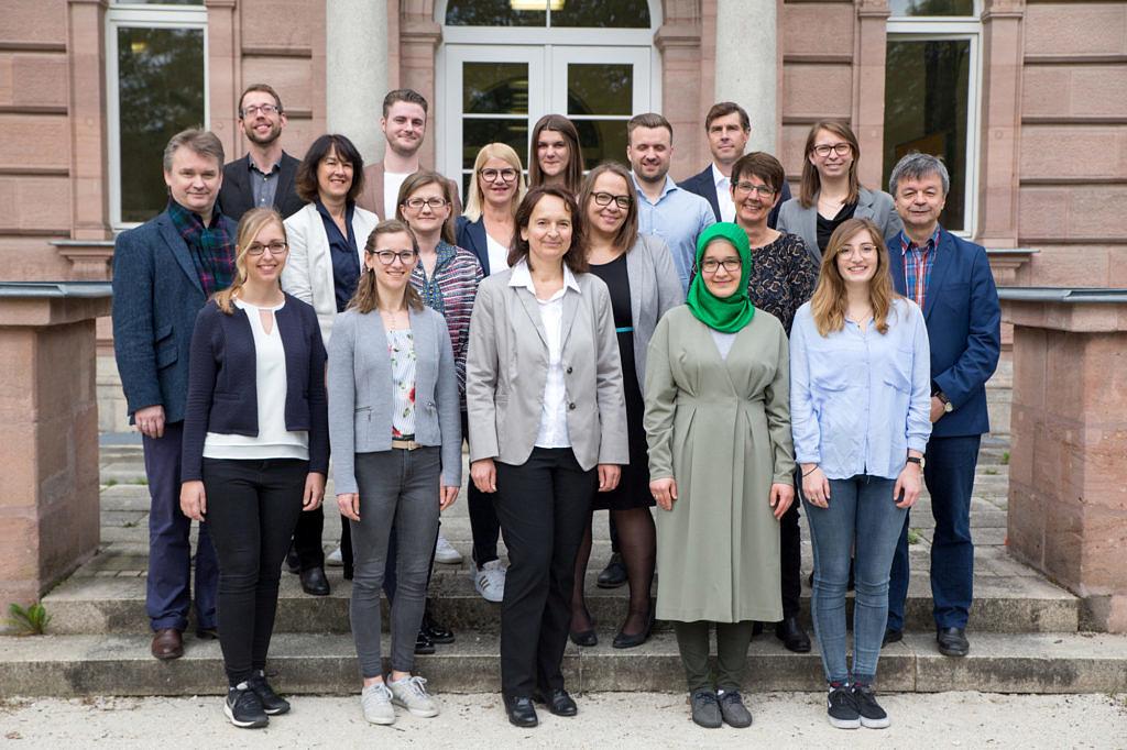 Gruppenfoto des Lehrstuhls mit allen Mitarbeiterinnen, Mitarbeitern und Hilfskräften